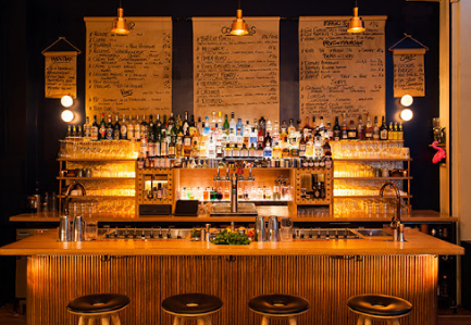 Il y a la photo du bar avec toutes les bouteilles en arrière-plans. C'est une ambiance sur le thème marin. Nous constatons que le bar à l'opportunité de faire pleins de cocktails selon vos envies et vos goûts.